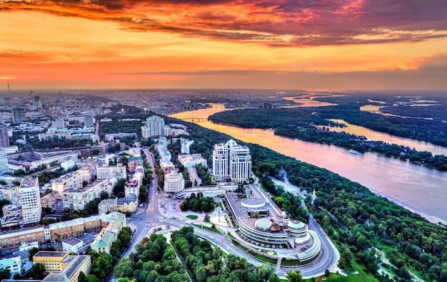 Widok z lotu ptaka na plac chwały w peczersku, centralnej dzielnicy kijowa, ukraina