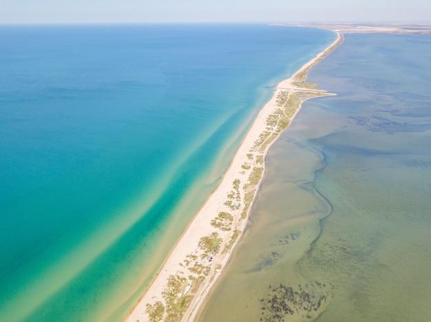 Widok z lotu ptaka na plat pomiędzy ujściem rzeki a morzem czarnym piękna plaża i krystaliczna woda soczi