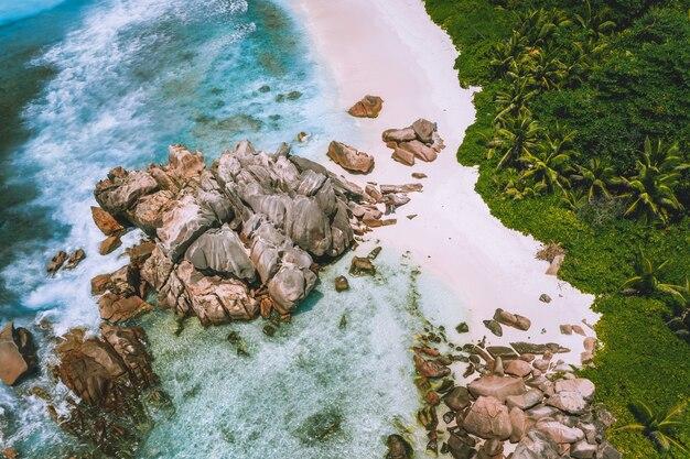 Widok z lotu ptaka na plażę anse cocos na wyspie la digue, seszele