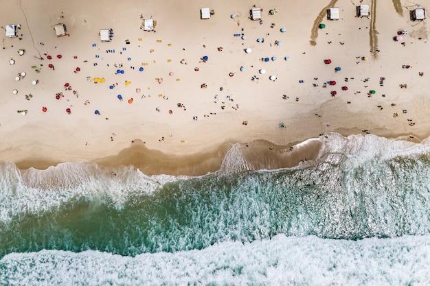 Widok z lotu ptaka na plażę copacabana.