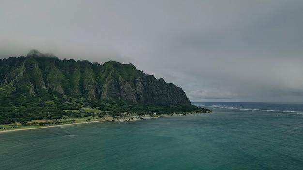 Widok z lotu ptaka na plażę i park w kualoa z górami ko'olau w tle