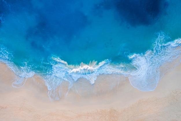 Widok z lotu ptaka na plażę kelingking na wyspie nusa penida, bali w indonezji