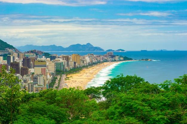Widok z lotu ptaka na plażę leblon w rio de janeiro na lato pełne ludzi.