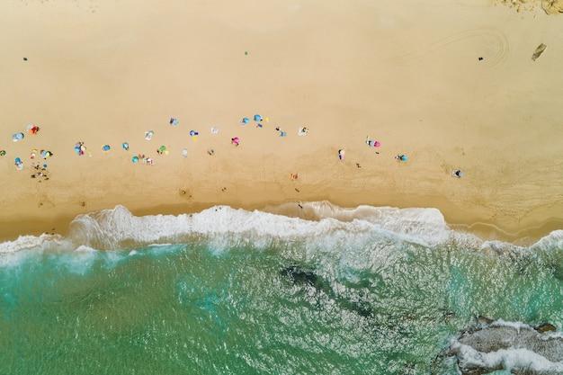 Widok z lotu ptaka na plażę na południu hiszpanii w pobliżu cieśniny gibraltarskiej na oceanie atlantyckim