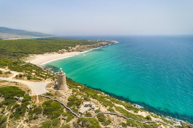 Widok z lotu ptaka na plażę na południu hiszpanii w słoneczny dzień