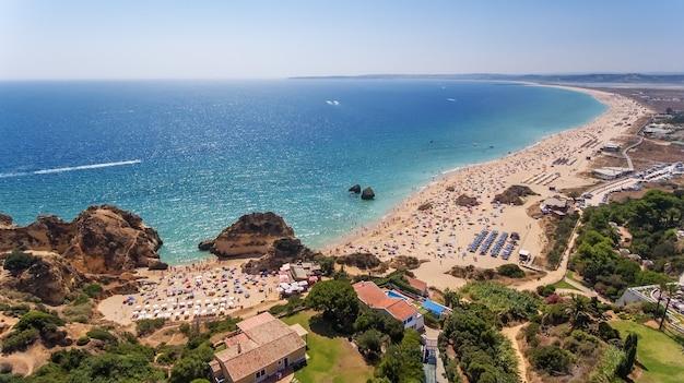 Widok z lotu ptaka na plaże prainha i tres irmaos na południu portugalii.