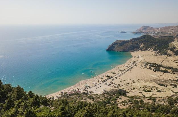 Widok z lotu ptaka na plażę tsampika, rodos, grecja