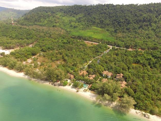 Widok z lotu ptaka na plażę wschodniego wybrzeża tajlandii i las tropikalny w trat province przez drone