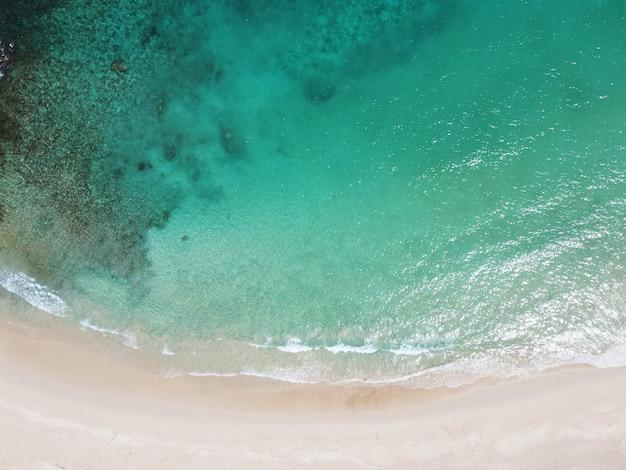 Widok z lotu ptaka na plażę z błękitnym morzem
