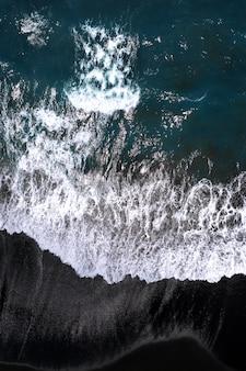 Widok z lotu ptaka na plażę z czarnym piaskiem