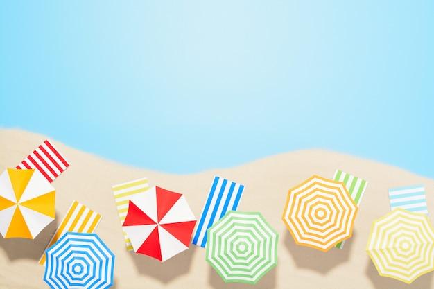 Widok z lotu ptaka na plażę z miejsca na kopię. pojęcie wakacji letnich. wielokolorowe parasole i ręczniki na piasku