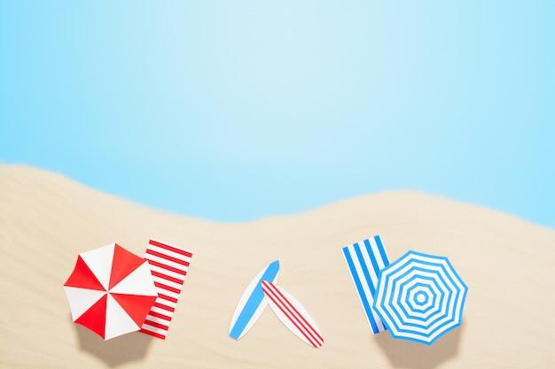 Widok z lotu ptaka na plażę z miejscem na kopię. akcesoria na letnie wakacje w piasku