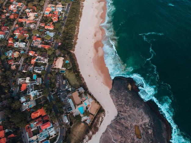 Widok z lotu ptaka na plażę z mnóstwem budynków na wybrzeżu w rio de janeiro