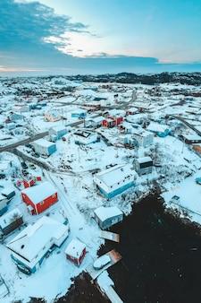 Widok z lotu ptaka na pokryte śniegiem budynki w ciągu dnia