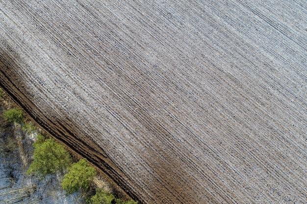 Widok z lotu ptaka na pola uprawne na wsi