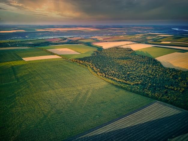 Widok z lotu ptaka na pola uprawne o zachodzie słońca