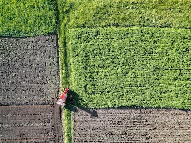 Widok z lotu ptaka na pole, pola uprawne.