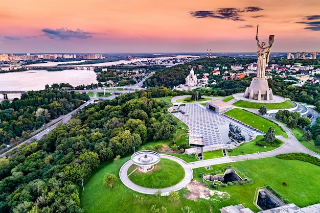 Widok z lotu ptaka na pomnik ojczyzny i muzeum ii wojny światowej w kijowie, stolicy ukrainy