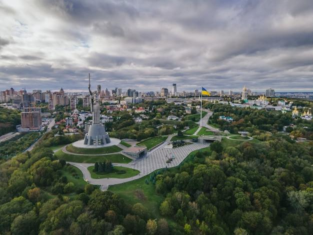 Widok z lotu ptaka na pomnik ojczyzny w centrum miasta