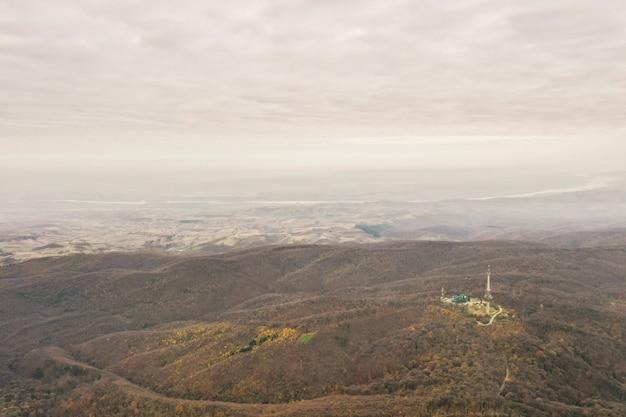 Widok z lotu ptaka na pomnik wolność na fruskiej górze, niedaleko nowego sadu w serbii