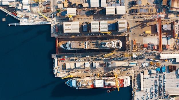 Widok z lotu ptaka na port dla importu i eksportu oraz logistyki