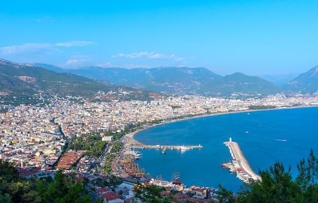 Widok z lotu ptaka na port ze statkami i latarnią morską w mieście alanya w turcji
