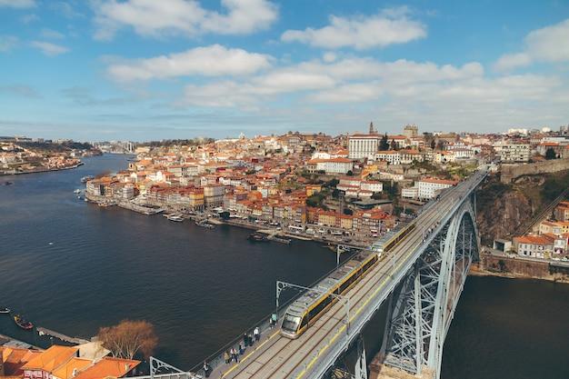 Widok z lotu ptaka na porto i most żelazny