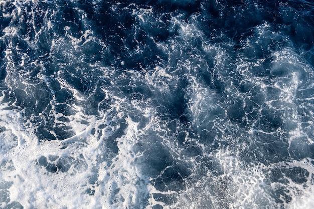 Widok z lotu ptaka na powierzchnię wody morskiej.