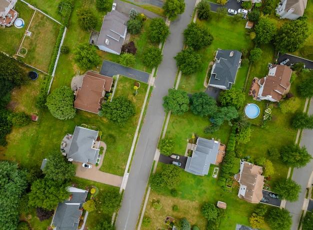 Widok z lotu ptaka na prywatne domy rodzinne w okolicy