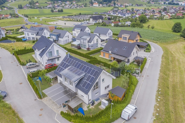 Widok z lotu ptaka na prywatne domy z panelami słonecznymi na dachach