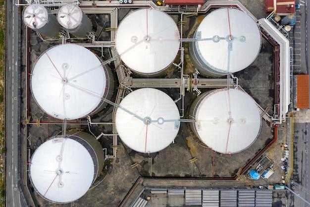 Widok z lotu ptaka na przemysłowe zbiorniki na paliwo w porcie morskim, strzelanie z drona
