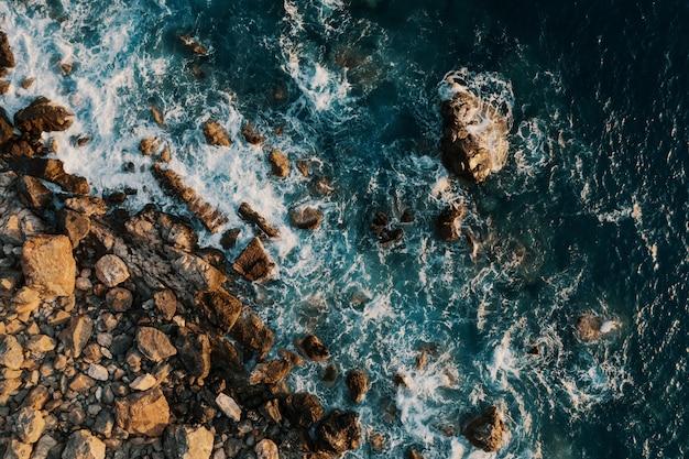 Widok z lotu ptaka na przerwę na brzegu