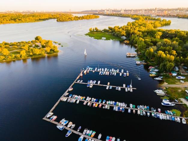 Widok z lotu ptaka na przystań dla małych łodzi motorowych i wiosłowych