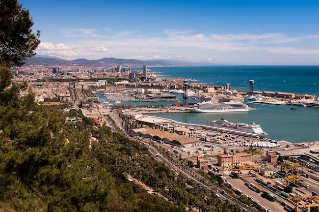 Widok z lotu ptaka na przystań port vell w barcelonie