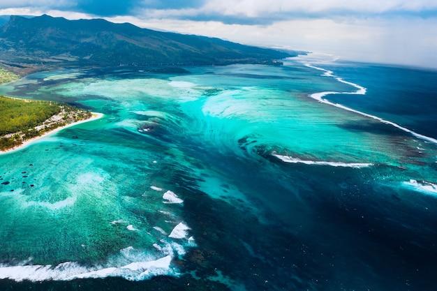 Widok z lotu ptaka na rafę koralową w pobliżu góry le morne brabant