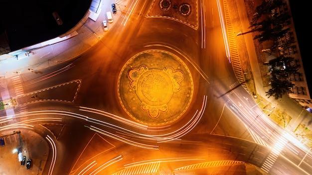 Widok z lotu ptaka na rondo ulicy w nocy