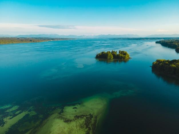 Widok z lotu ptaka na rose island na jeziorze starnberg