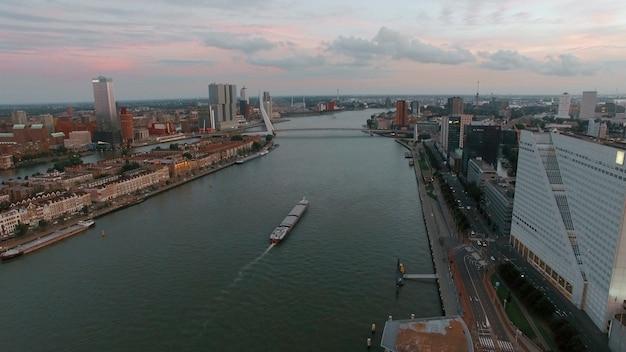 Widok z lotu ptaka na rotterdam z rzeką