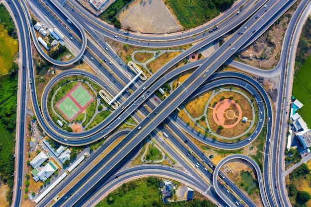 Widok z lotu ptaka na ruch na skrzyżowaniu wielkich autostrad.