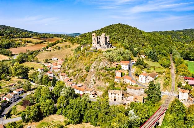 Widok z lotu ptaka na ruiny zamku domeyrat w owernii, francja