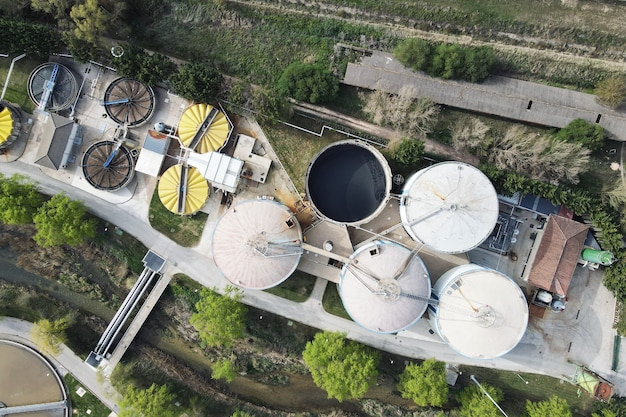 Widok z lotu ptaka na rurociągi i zbiorniki fabryki przemysłowej
