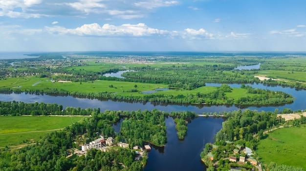 Widok z lotu ptaka na rzekę desna na wiosnę