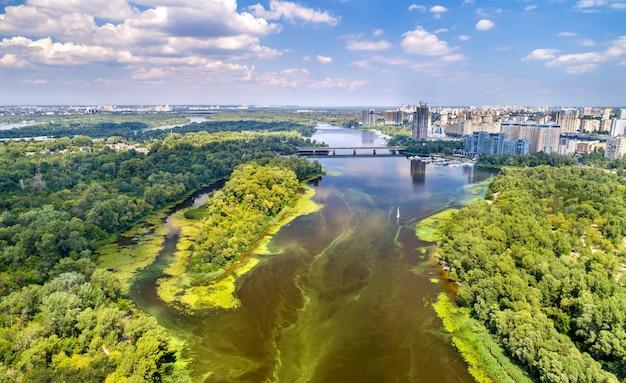 Widok z lotu ptaka na rzekę dniepr w kijowie, stolicy ukrainy