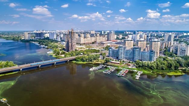 Widok z lotu ptaka na rzekę dniepr z jej lewym brzegiem w kijowie, stolicy ukrainy