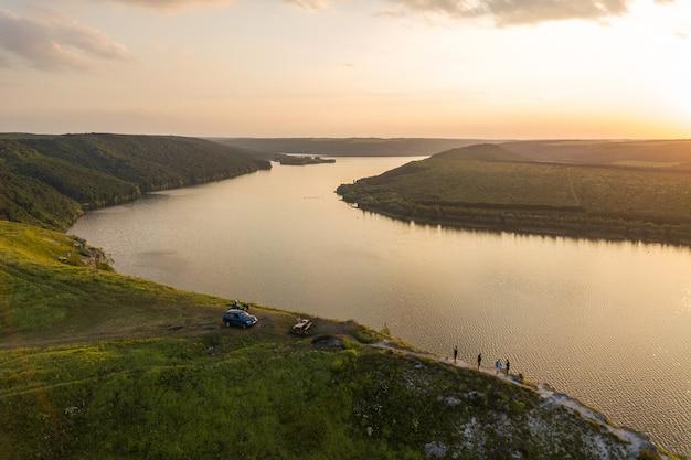 Widok z lotu ptaka na rzekę dniestr i odległe skaliste wzgórza w rejonie bakoty, część parku narodowego