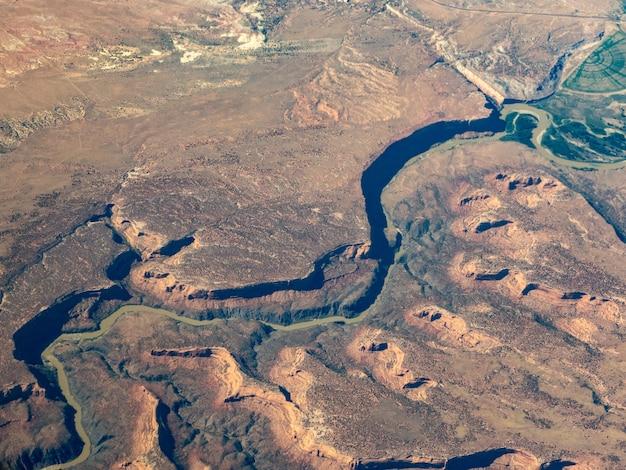 Widok z lotu ptaka na rzekę kolorado, na południowy zachód od grand junction w stanie kolorado