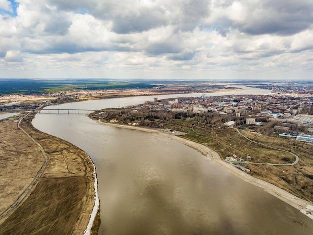 Widok z lotu ptaka na rzekę tom i miasto tomsk. wczesna wiosna na syberii. rosja.