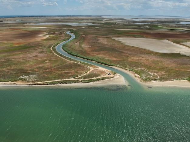 Widok z lotu ptaka na rzekę wpadającą do morza