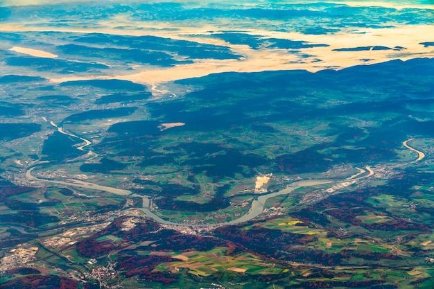 Widok z lotu ptaka na rzeki wysoki ren i aare w niemczech i szwajcarii