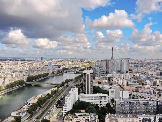 Widok z lotu ptaka na sekwanę, budynki i wieżę eiffla w paryżu, francja